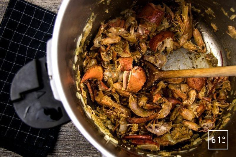 homard à l'américaine - déglacer avec le mélange de whisky et de poivre