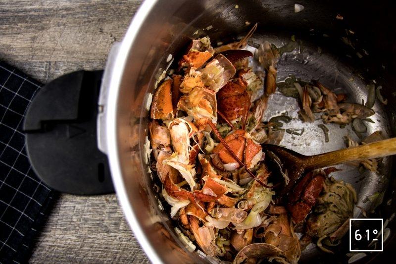 homard à l'américaine - faire dorer les carcasses de crevettes et de homard 10 minutes