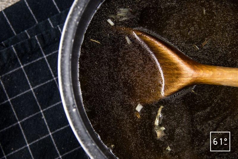 Oeuf mollet sauce aux morilles et nuage de galanga - ajouter le bouillon de sanglier et de poulet