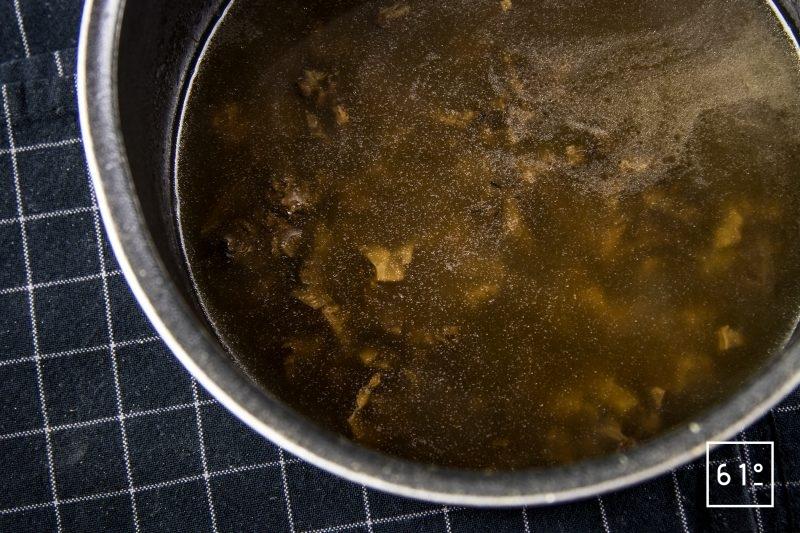 Oeuf mollet sauce aux morilles et nuage de galanga - ajouter les morceaux de morilles