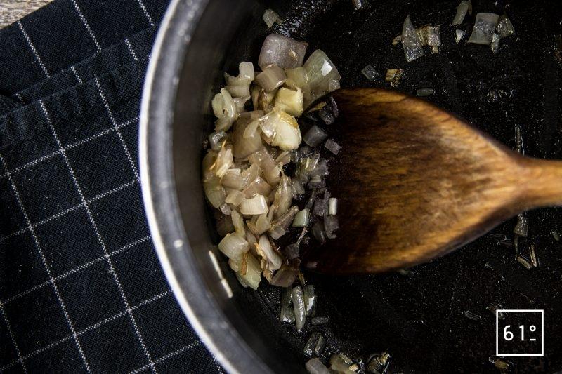 Oeuf mollet sauce aux morilles et nuage de galanga - cuire les échalotes