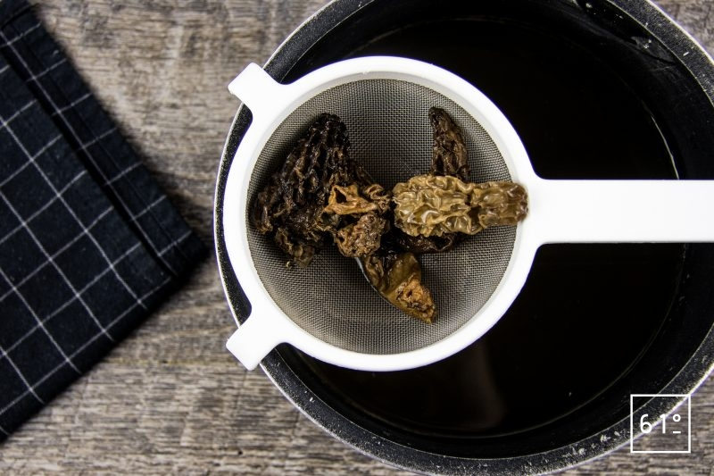 Oeuf mollet sauce aux morilles et nuage de galanga - égoutter les morilles