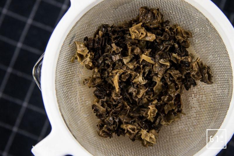 Oeuf mollet sauce aux morilles et nuage de galanga - filtrer la réduction