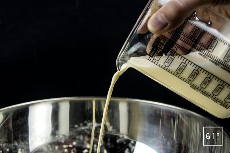 Pain de maïs au thym - ajouter les liquides