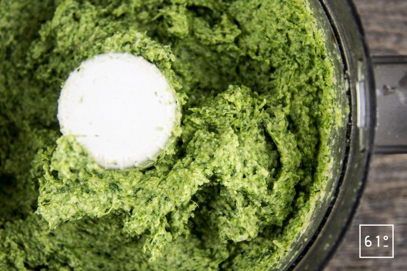 Pesto de persil et de noix de coco - mixer les ingrédients