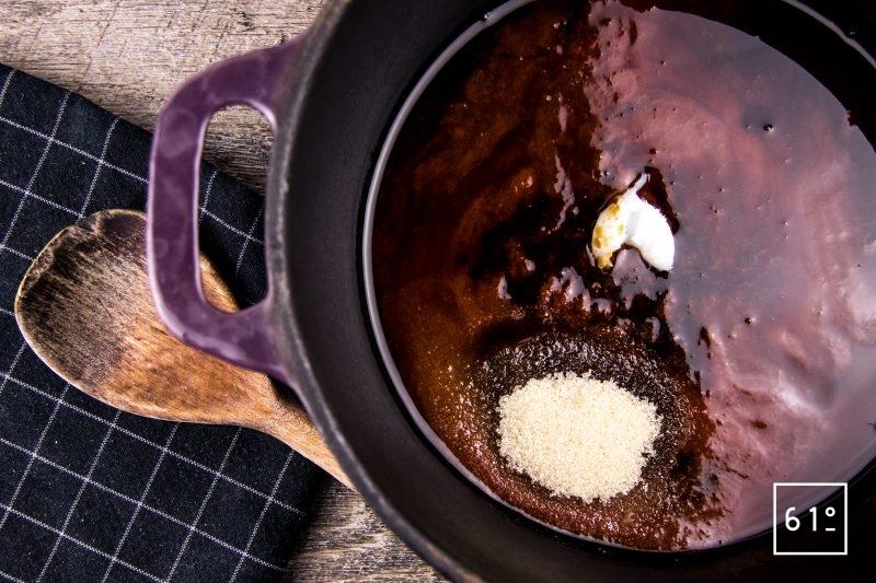 Sauce barbecue Kentucky - rassembler les ingrédients : double concentré de tomates, vinaigre, bourbon, sucre ...