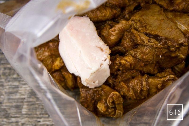 Veau mariné à la sauce barbecue Memphis et cuit à basse température sous vide - ajouter du gras de veau et mettre sous vide avec les lamelles de veau marinées