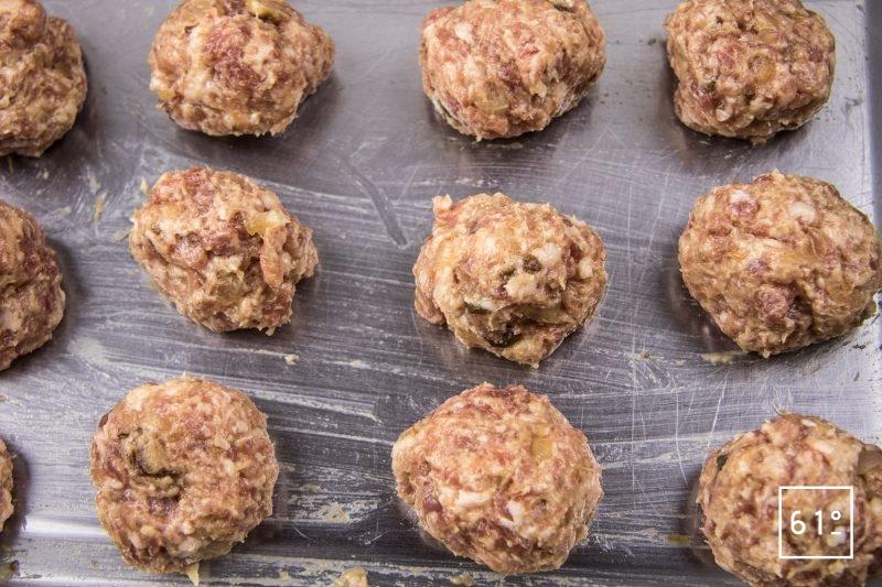 Cromesquis de porc et bisque de crustacés - former des boulettes de farce