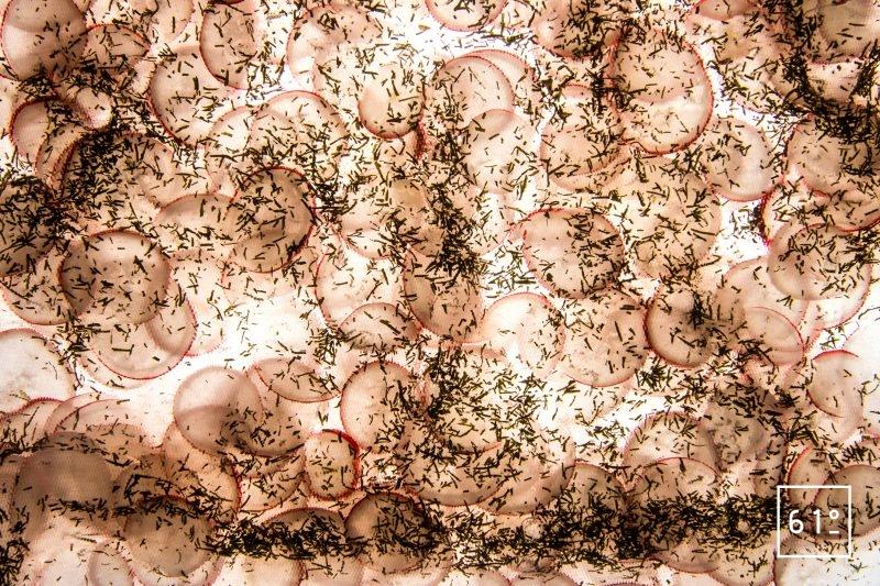 pickles de radis à l'aneth - faire mariner sous vide au réfrigérateur