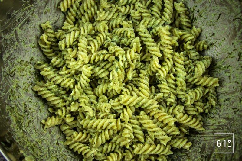 Salade de pâtes au pesto d'ail des ours - ajouter les pâtes cuites et mélanger