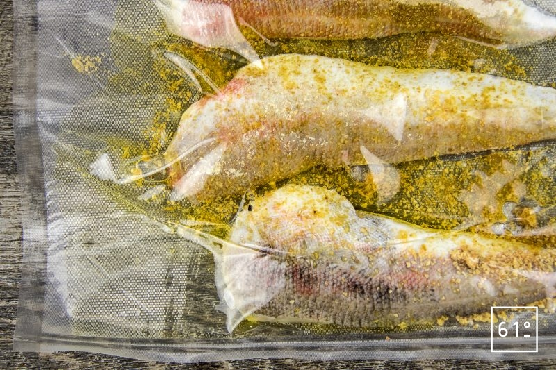Grondin rouge aux épinards, à la mâche, aux tagliatelles de carotte et au nuage de parmesan - mettre le grondin sous vide avec les aromates