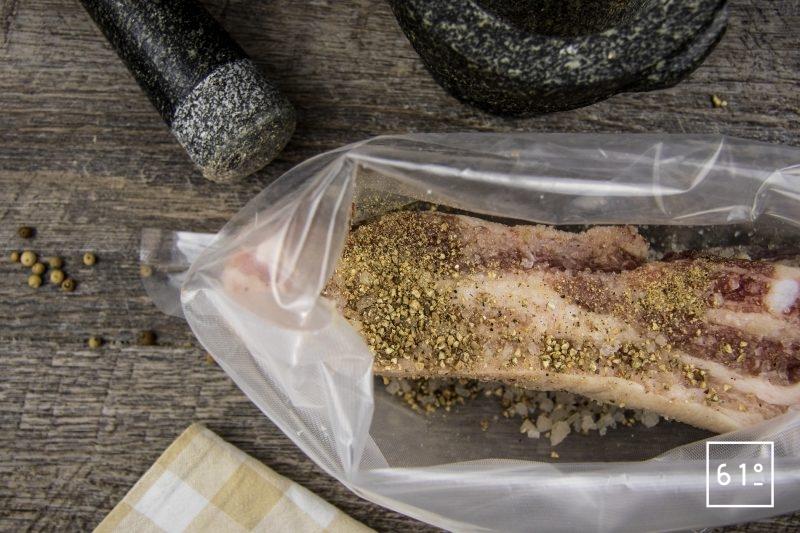 Lard maison - mettre sous vide pour salaison le sel de Guérande, le poivre du Penja blanc fumé et la poitrine de porc