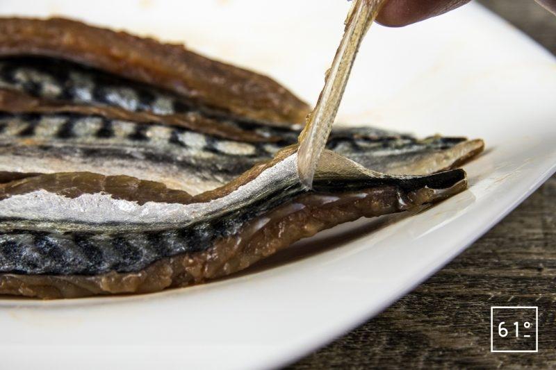 Maquereau en gravlax et mélange d'asperges - retirer la peau supérieure après marinage