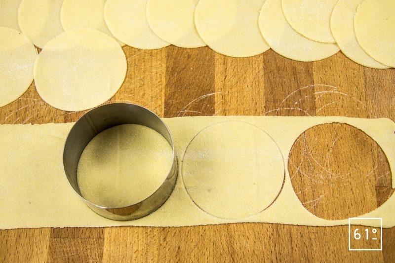 Ravioles aux fromages et aux herbes- découper à l'emporte pièce des disques de 8 cm