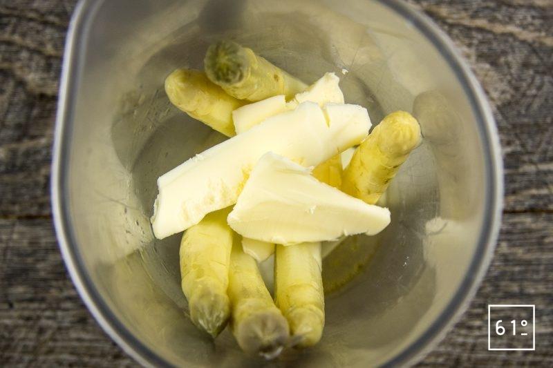 Sauce d'asperges blanches - ajouter le beurre et le bouillon aux asperges cuites sous vide et mixer
