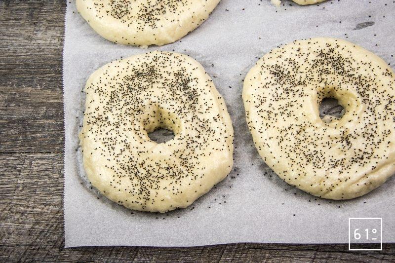 bagels - ajouter les graines et reformer légèrement les bagels