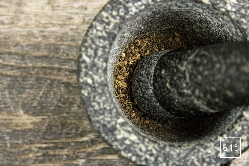 Ketchup recette de 1820 - concasser les baies à l'aide d'un mortier