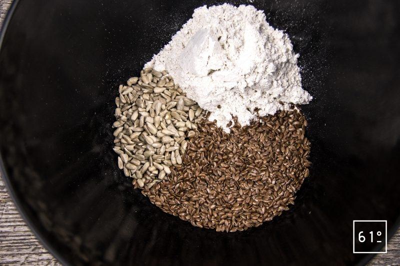 Knäckebröd - pain cracker suédois -rassembler la farine et les graines