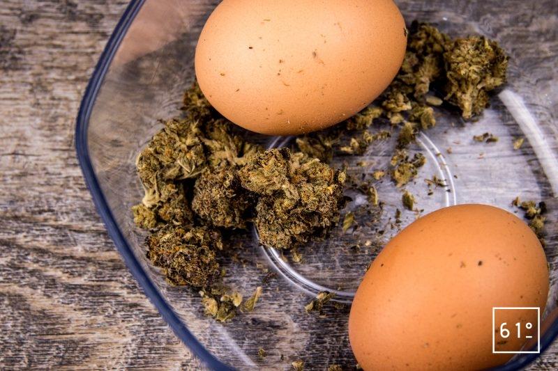 œuf 64 °C parfumé au chanvre - déposer les œufs et le chanvre dans une boite hermétique ou pour la mise sous vide pendant 48 h