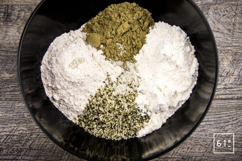 Pain au chanvre - rassembler les poudres et les graines