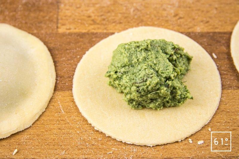 Raviole aux herbes et au chanvre dans sa sauce au asperge - Déposer la farce au centre du disque de pâte