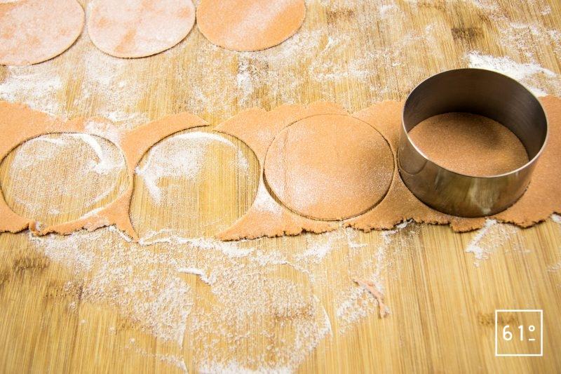 Raviole de tomate au bœuf au porc et au poivron - découper des disques de 8 cm dans une lanière de pâte