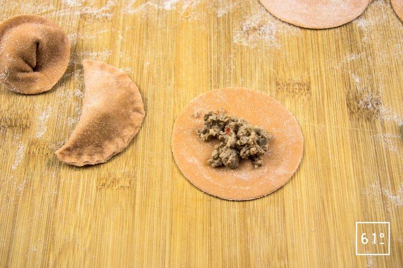 Raviole de tomate au bœuf au porc et au poivron - Déposer la farce au centre des disques de pâte