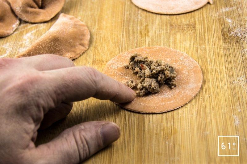 Raviole de tomate au bœuf au porc et au poivron - humidifier le disque pour qu'il colle