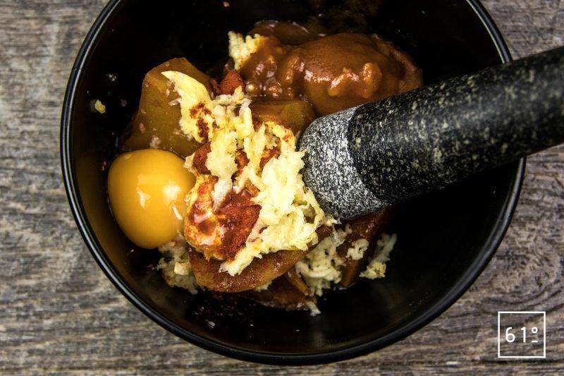 Rouille à l'œuf - rassembler les ingrédients dans le mortier