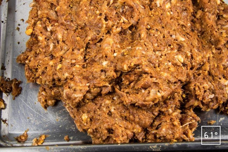 Saucisses au pimenton de la Vera - mélanger les ingrédients à la viande hachée