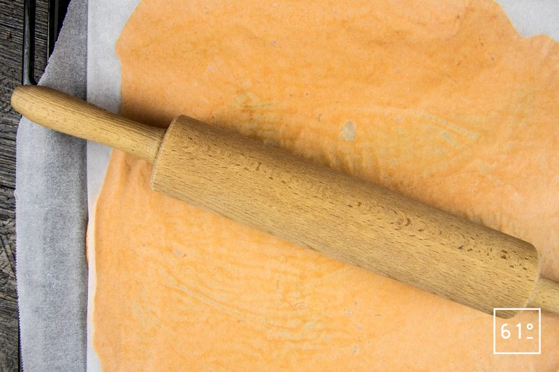 Crackers à la tomate - étaler la pâte entre 2 feuilles de papier alimentaire