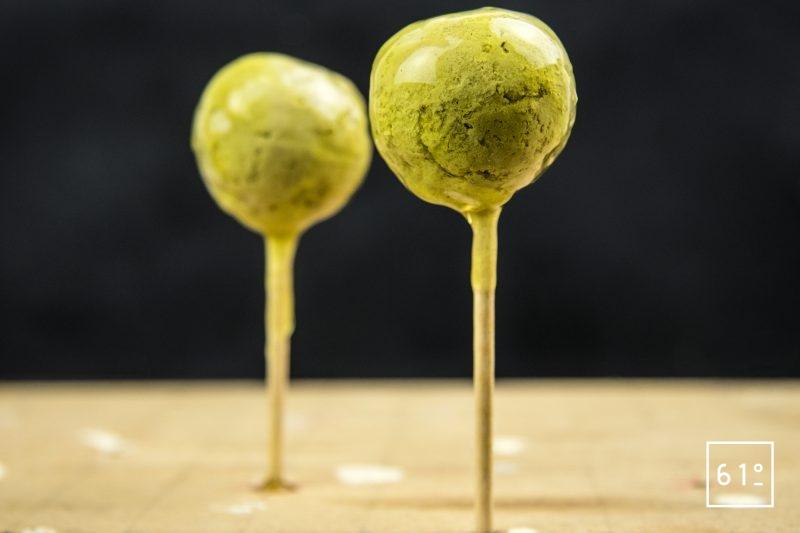 Foie gras et ses déclinaisons de concombre - laisser les sphères prendre au réfrigérateur