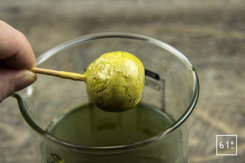 Foie gras et ses déclinaisons de concombre - tremper les sphère de foie gras dans le gel