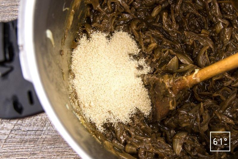 Confit d'oignons - ajouter le sucre brun