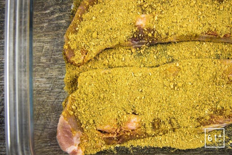 Marinade de curry pour porc - frotter la viande avec le mélange de curry