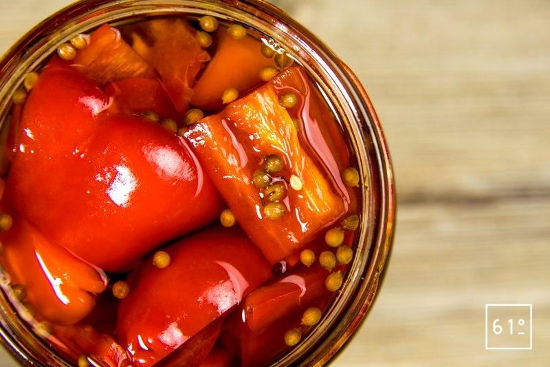 Pickles de poivron - Rassembler les morceaux de poivron et la saumure