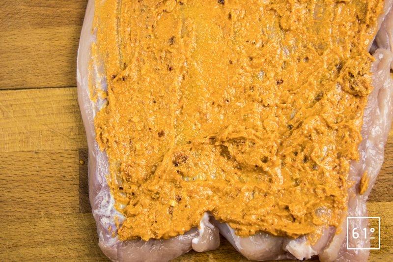 Roulé de dinde au pesto rosso - étaler le pesto rosso sur une face de la viande