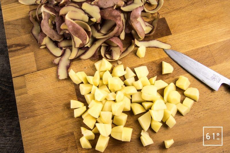 Salade de pommes de terre et ses épluchures croustillantes - couper les pommes de terre en cubes de 1,5 cm