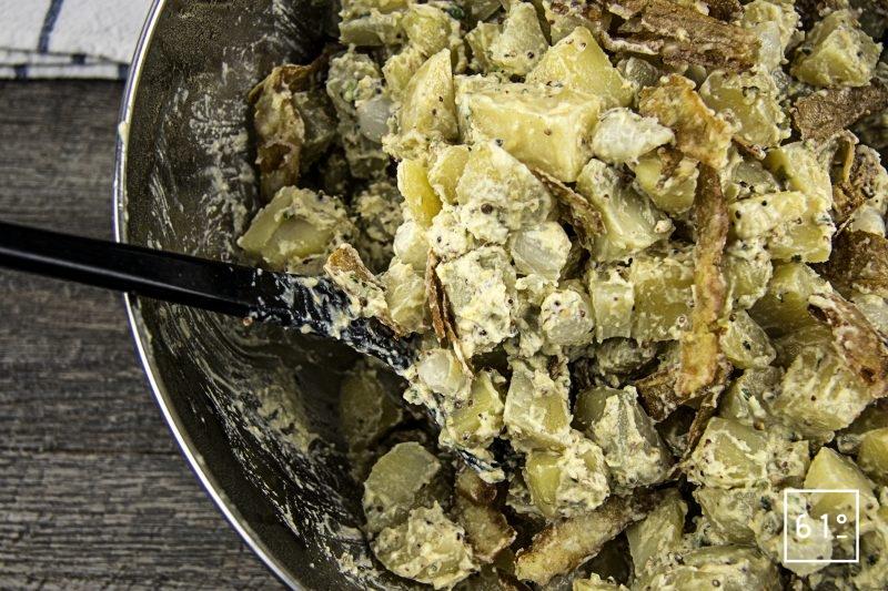 Salade de pommes de terre et ses épluchures croustillantes