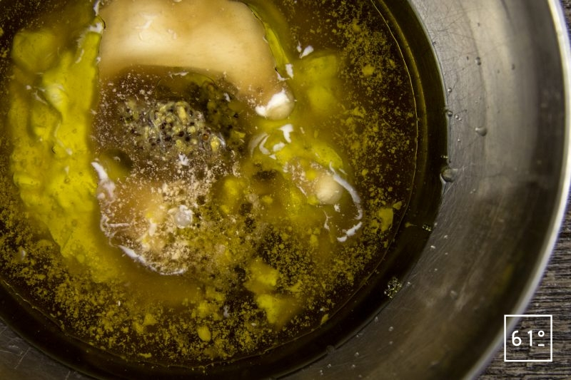 Salade de pommes de terre et ses épluchures croustillantes - mélanger la sauce