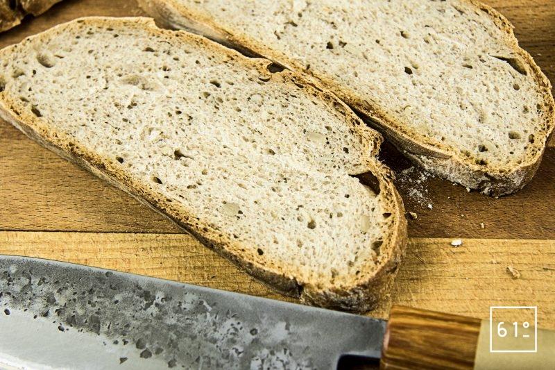 Tartine de poulet au épinard et cancoillotte - couper le pain