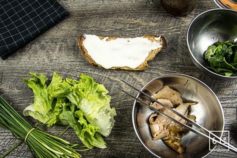 Tartine de poulet au épinard et cancoillotte - dressage