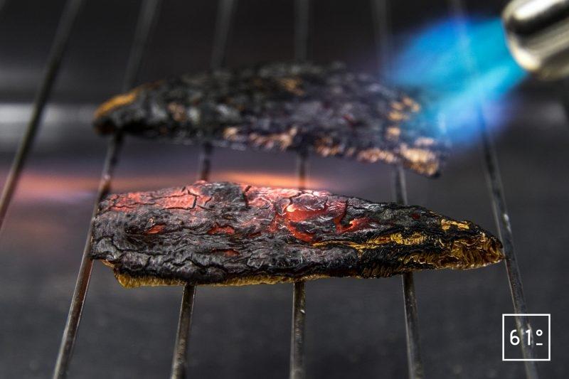 Côtes de chevreuil volcano - griller les piments avec un chalumeau