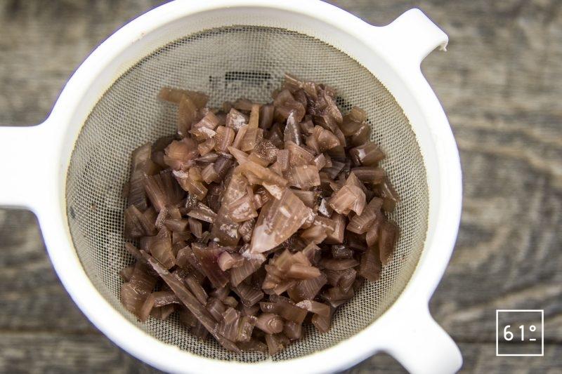 Côtes de chevreuil volcano - filtrer la sauce à l'échalote