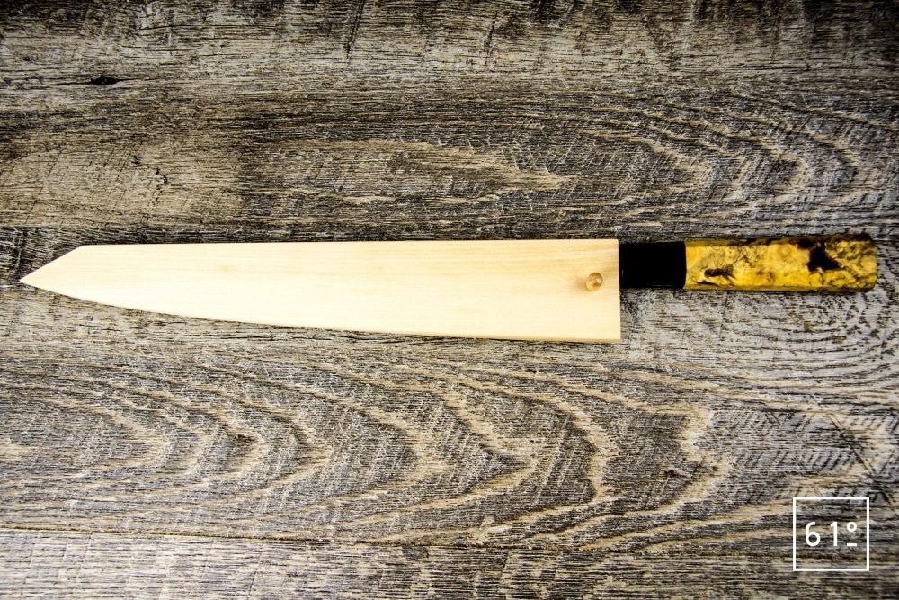 Sujihiki de Yanick Puig - le couteau sujihiki dans son saya de protection