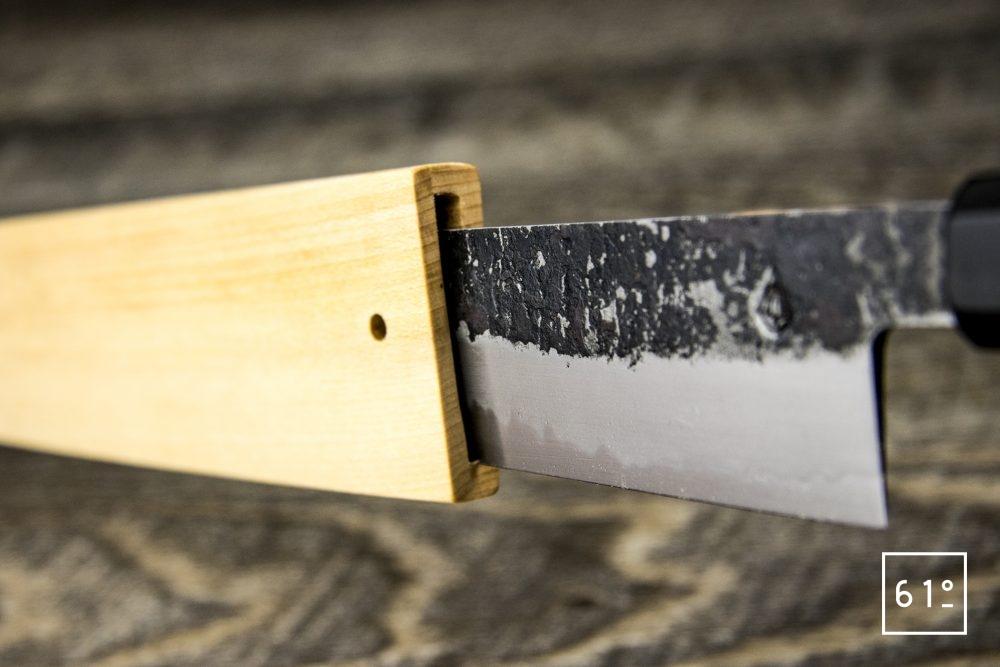 Sujihiki de Yanick Puig - le couteau rentrant dans son saya