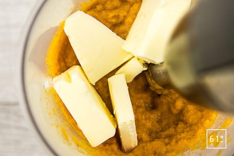 Mousseline de carotte fumée - ajouter le beurre