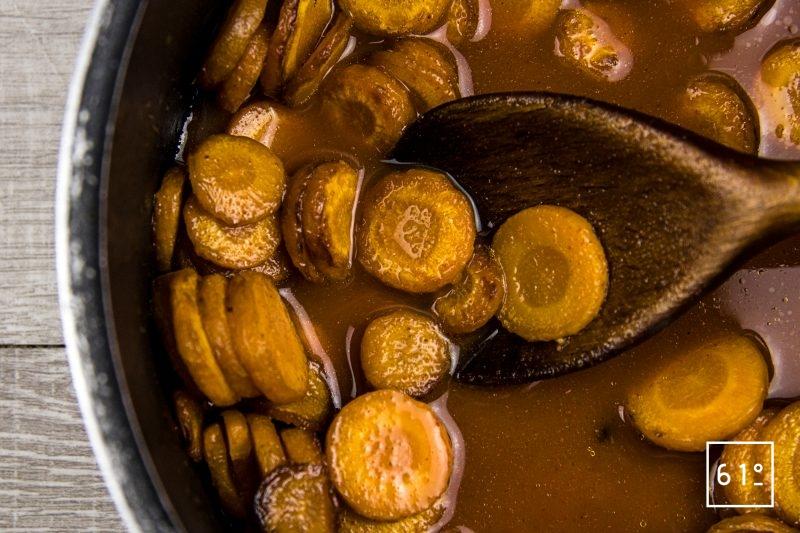 Mousseline de carotte fumée - ajouter le jus de carottes et les épices