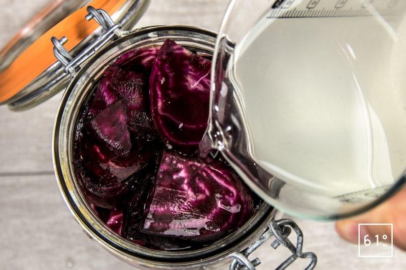Betteraves lactofermentées - remplir le pot de saumure