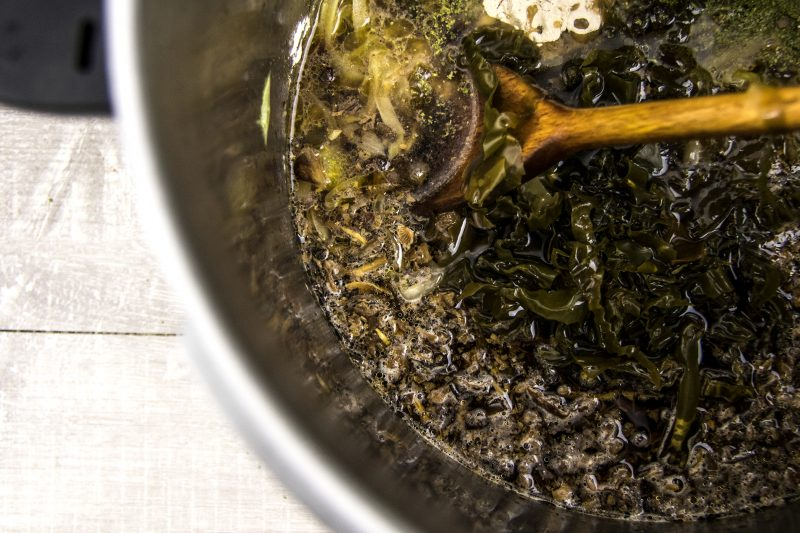 Bouillon d'oignon au kombu et vin jaune - ajouter les ingrédients